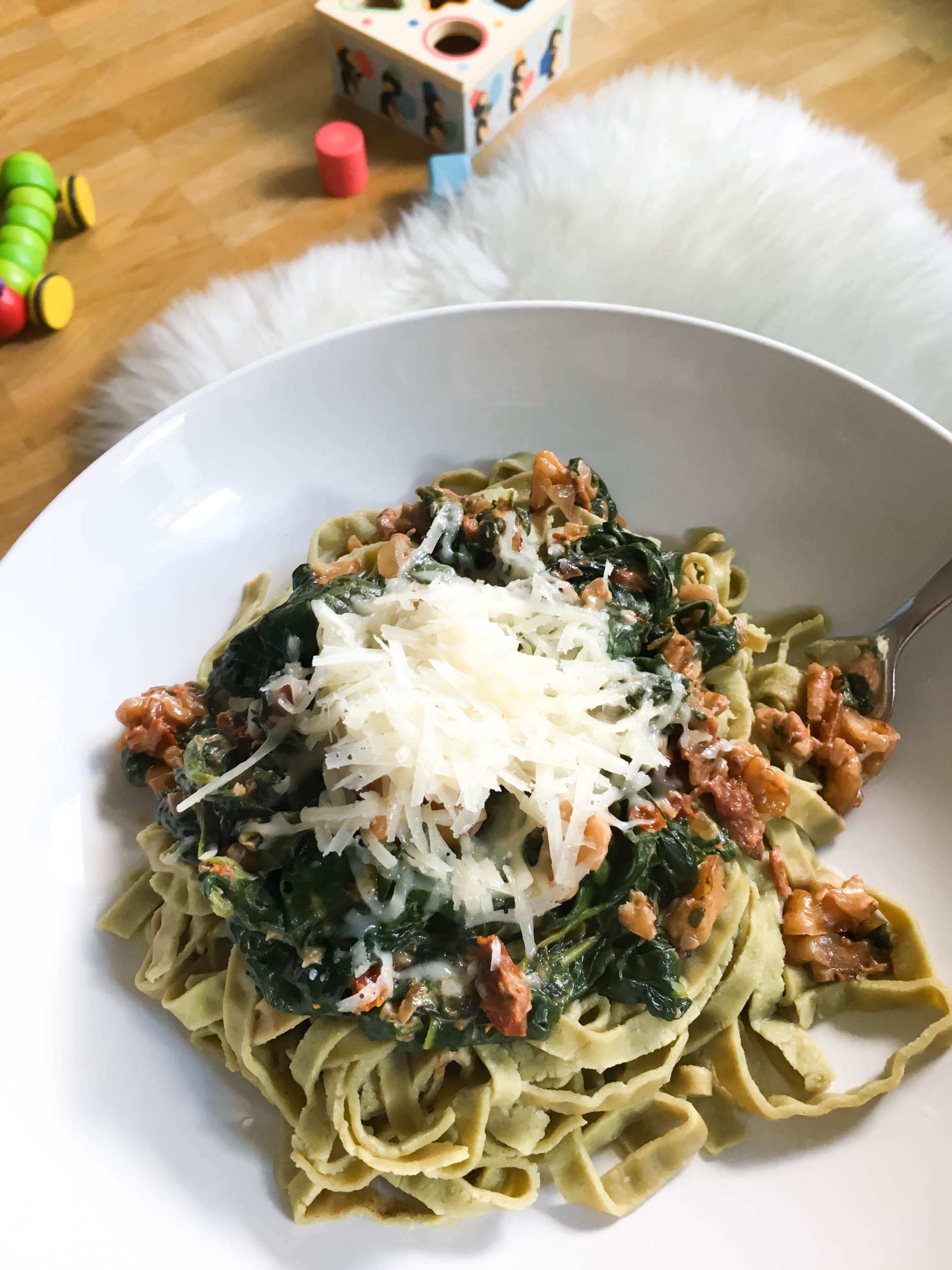 Nudeln mit Blattspinat, getrockneten Tomaten und Walnüssen | Kinderleicht und schnell | Mittagessen | Pasta | Rezept