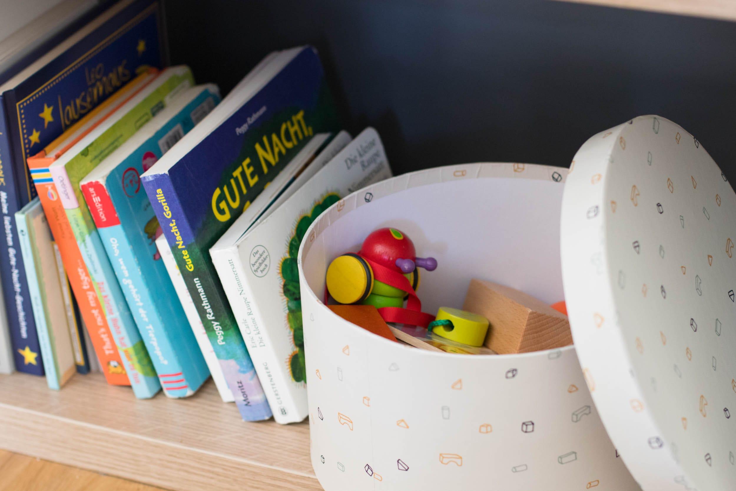 7 Tipps für mehr Ordnung mit Kleinkind | Aufräumen | Aussortieren | Auswahl treffen | Spielsachen | Bücher | Stauraum | ivy.li
