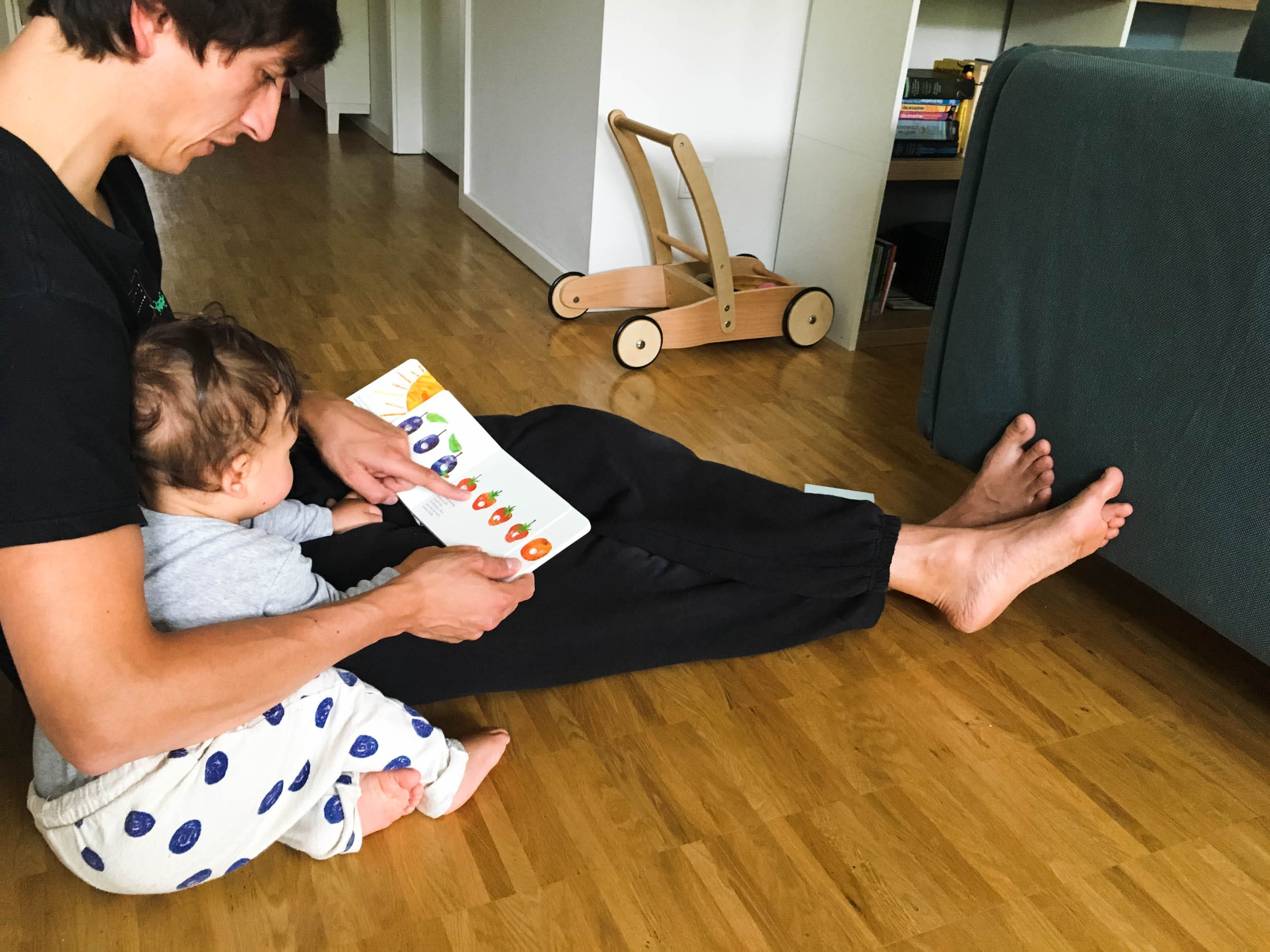 Papa | Sohn | Kleinkind | Vorlesen | Bilderbuch | Kleine Raupe Nimmersatt | ivy.li