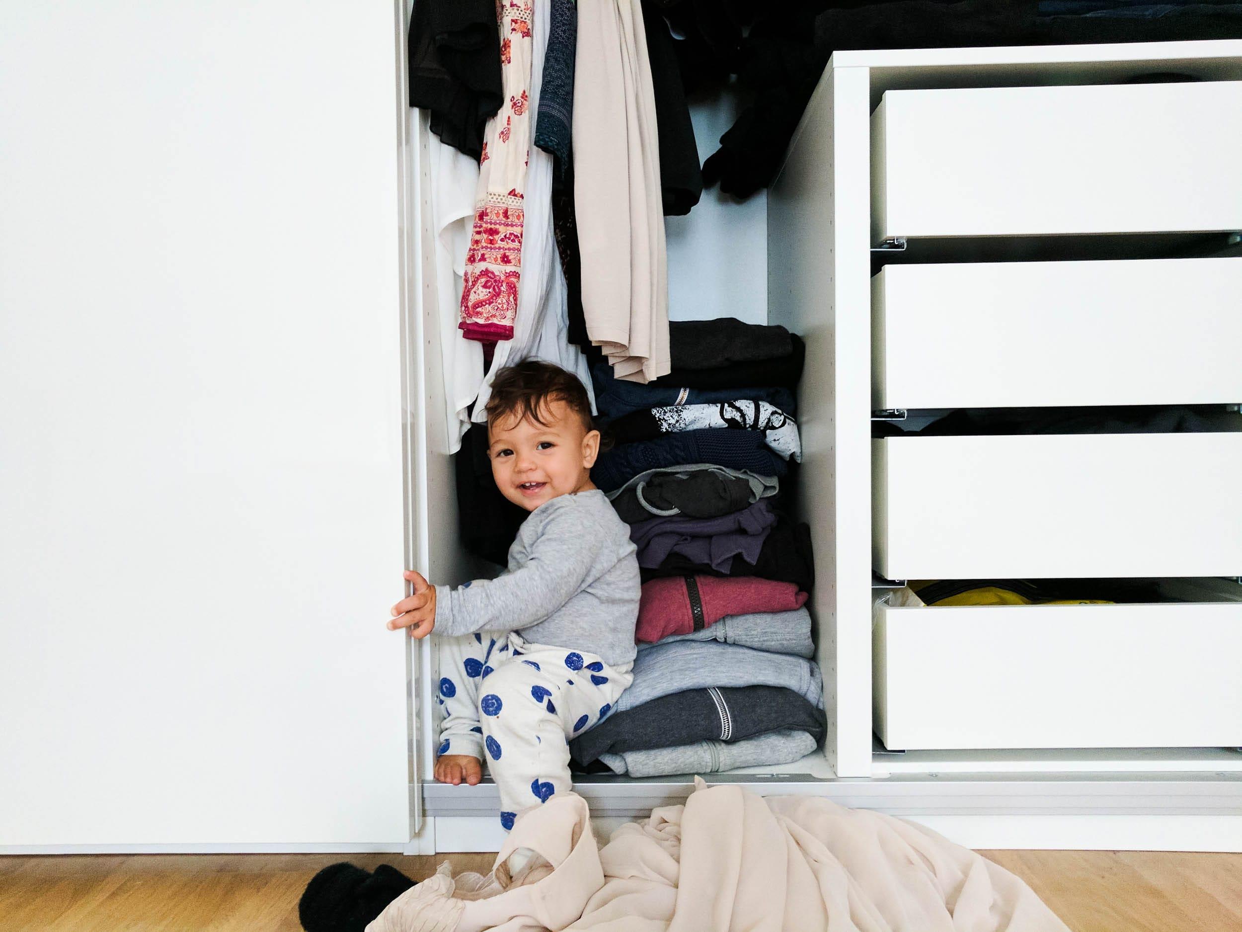 Kleinkind räumt Schrank aus | Leben mit Kind | ivy.li