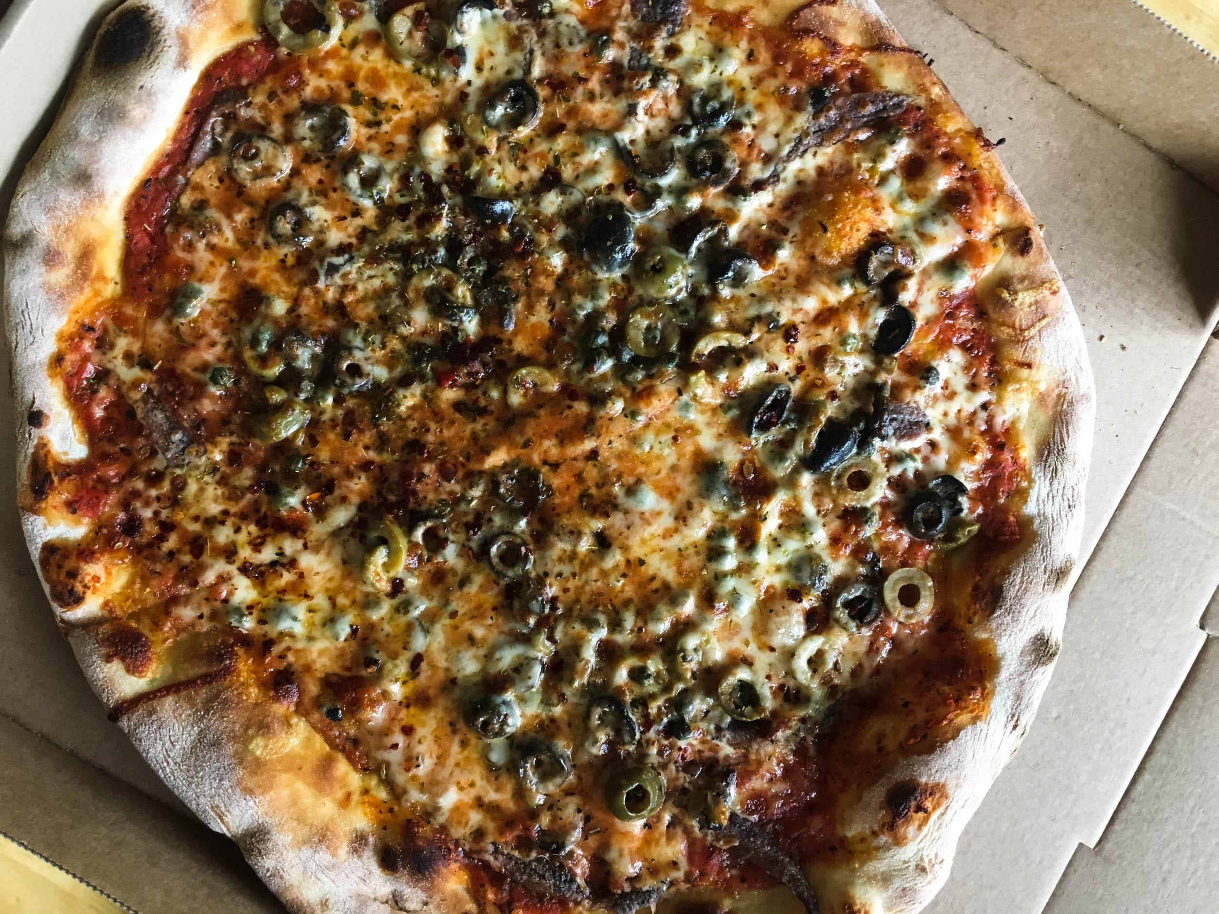 Pizza Napoli von den Pizza Jungs | Sardellen und Kapern | ivy.li