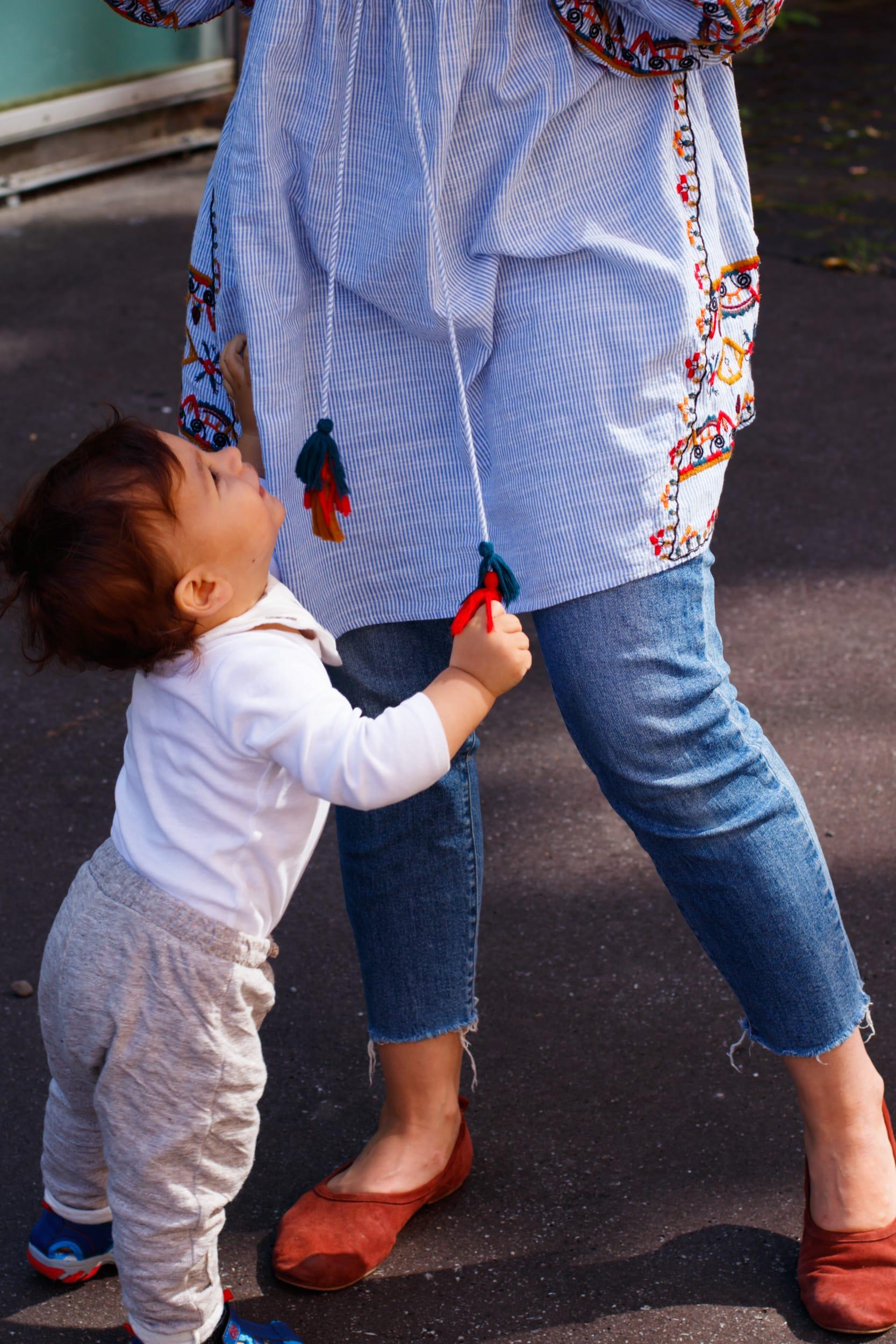 Momstyle | Outfit | Tunika mit Stickerei | Kleid über Jeans | Bommel | Mama mit Kind | ivy.li