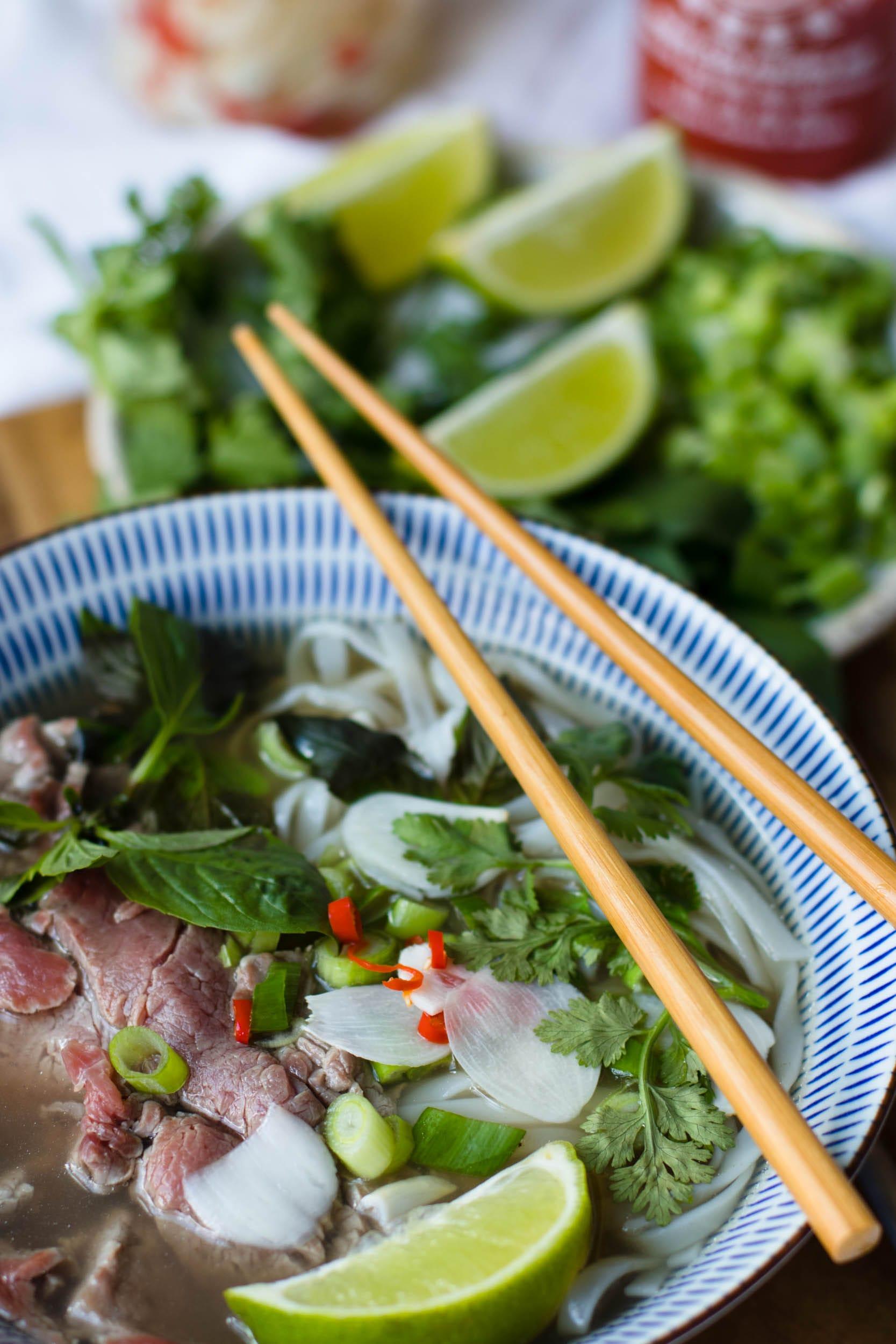 ph b ph t i vietnamesische suppe mit reisnudel und rindfleisch. Black Bedroom Furniture Sets. Home Design Ideas