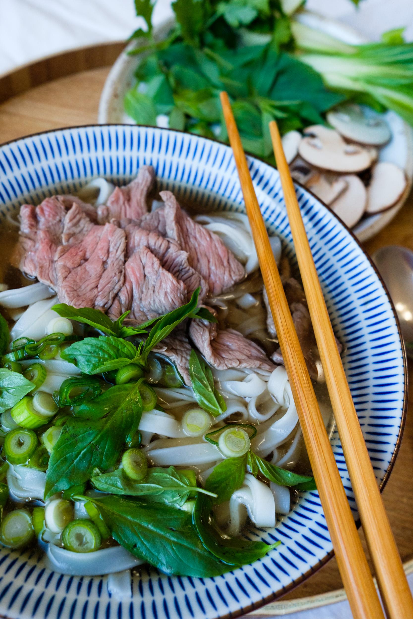 Pho bo Rezept | Phở bò | Vietnamesische Nudelsuppe mit Reisnudel und Rindfleisch | Selbstgekochte Brühe | Rinderbrühe | Pho mit Gemüse und Rindfleisch | Klassische Pho Brühe | Original Pho | Vietnamesisch kochen | Koriander | Thaibasilikum | Pilte | Pak Choi | #rezept #pho #suppe #nudelsuppe #vietnamesisch #streetfood | Rezept auf ivy.li