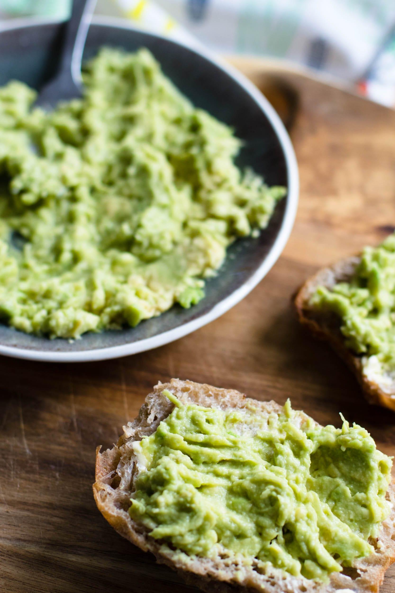 Sonntags-Guacamole | Brotaufstrich | Rezept | Avocadocreme | Schabzigerklee statt Koriander | Rezept auf ivy.li #rezept #acocado #guacamole #gesund