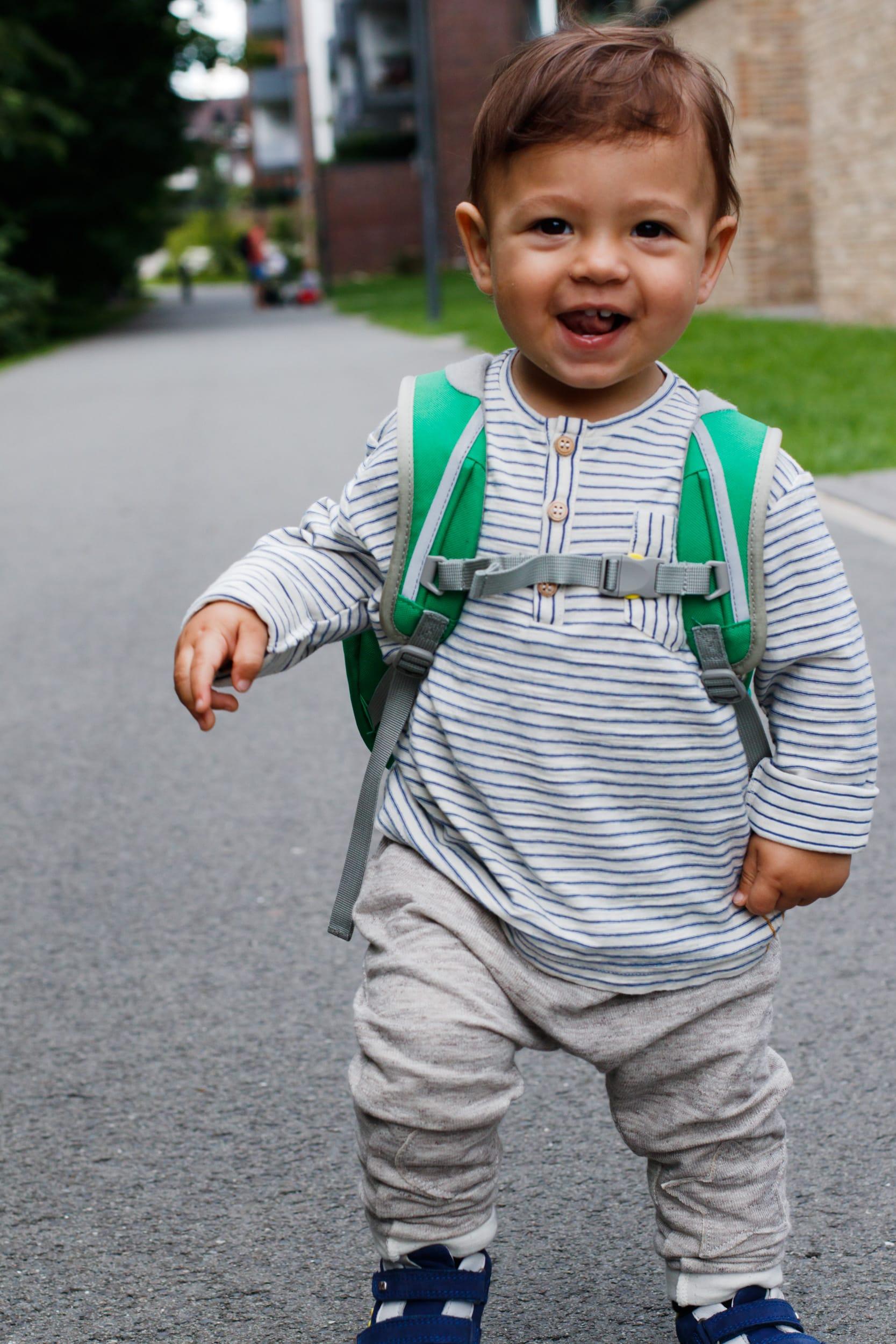 KiTa-Kind | Glückliches Kind | Affenzahn Kindergartenrucksack | Kai Krokodil | KiTa Erstausstattung | ivy.li