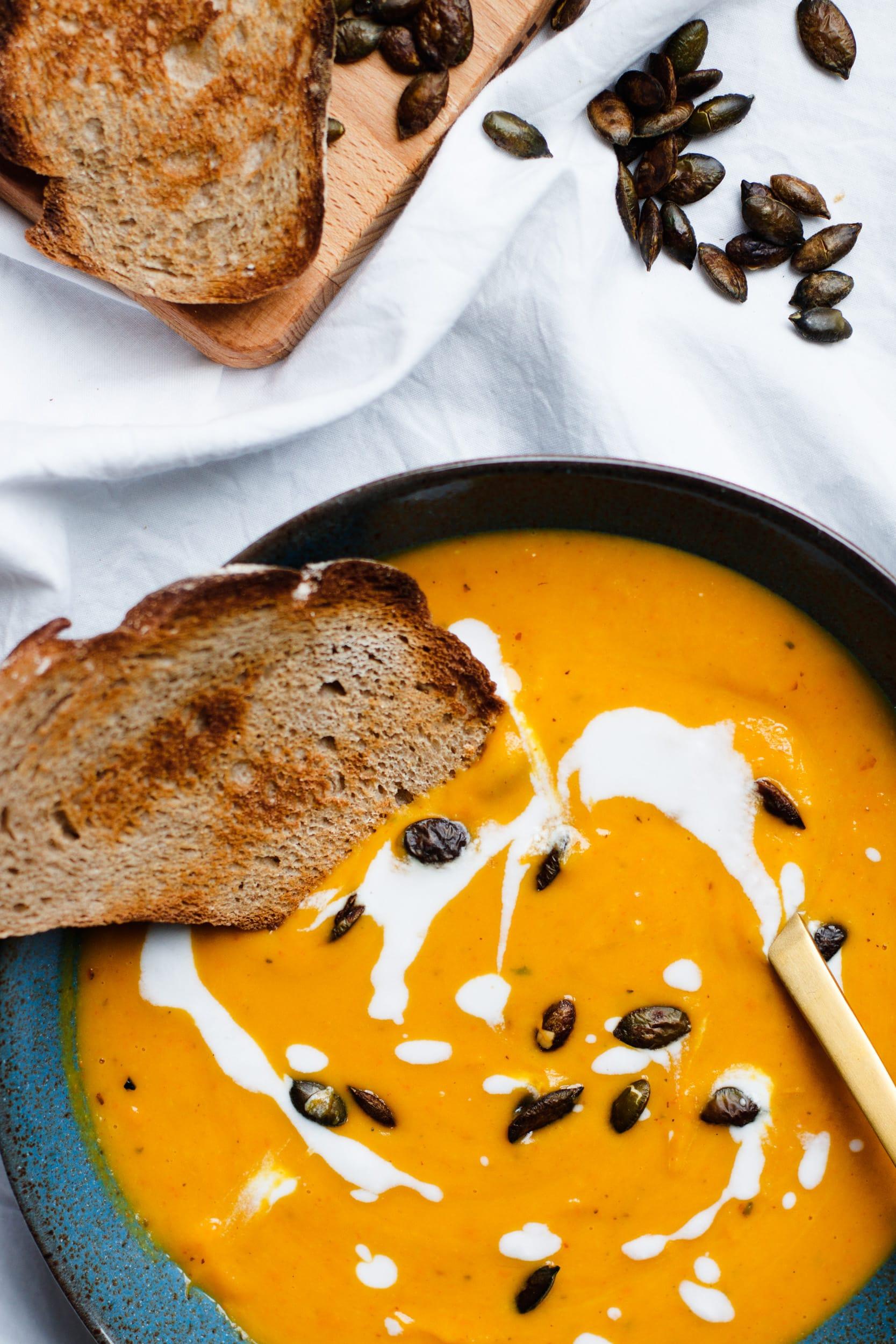 Geröstete Kürbissuppe mit Kokosmilch und Ingwer | Kürbisrezept | Herbstrezept | Cremige Suppe | Vegan | Vegetarisch | Cremesuppe | Asiatische Kürbissuppe | Comfort food | Wohlfühlessen | Abendessen | Mittagessen | Einfach | Lecker | Suppe mit Hokkaidokürbis | Rezept auf ivy.li | #rezept #kürbis #vegan #herbst