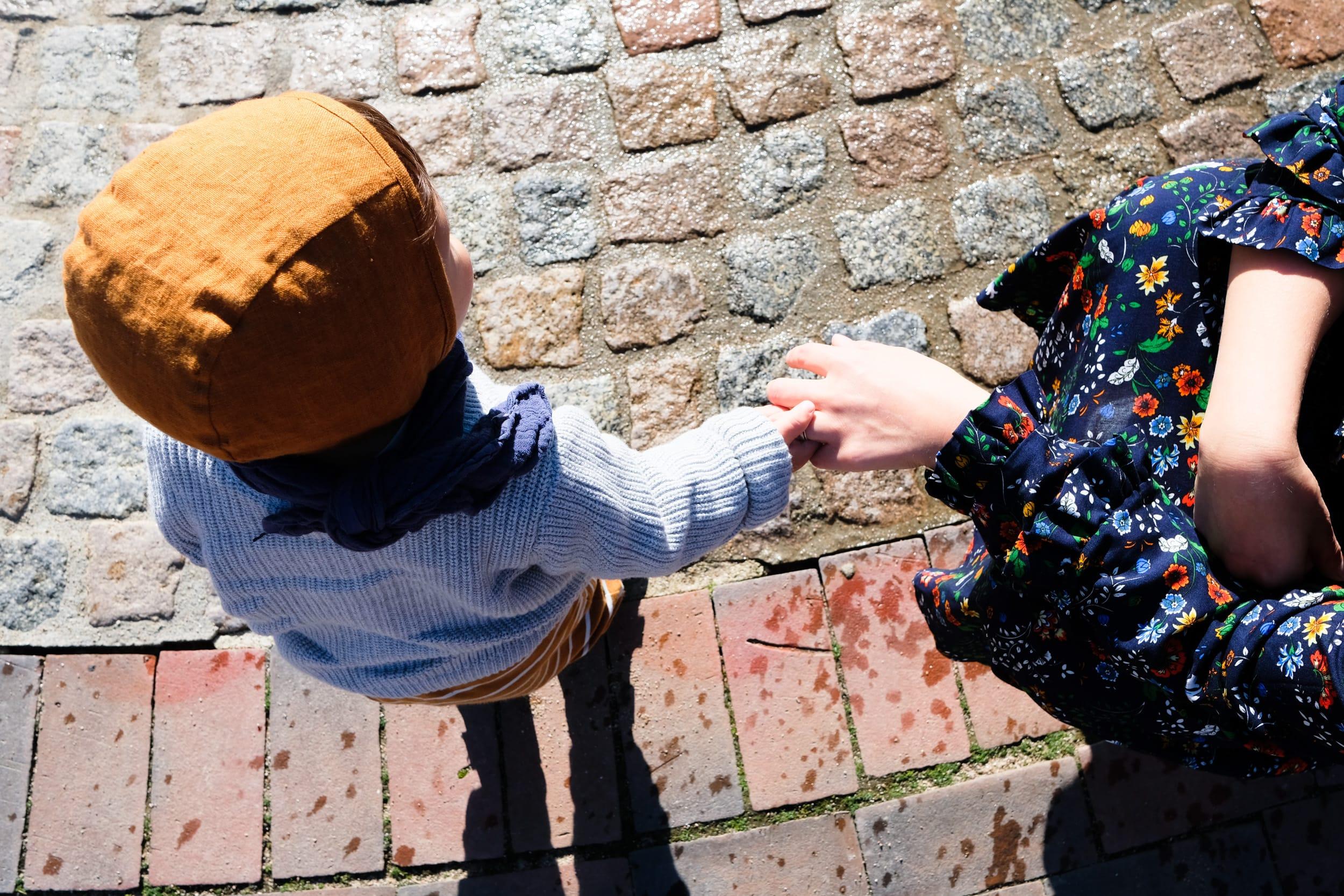 Mama und Sohn | Liebe | Hand halten | ivy.li