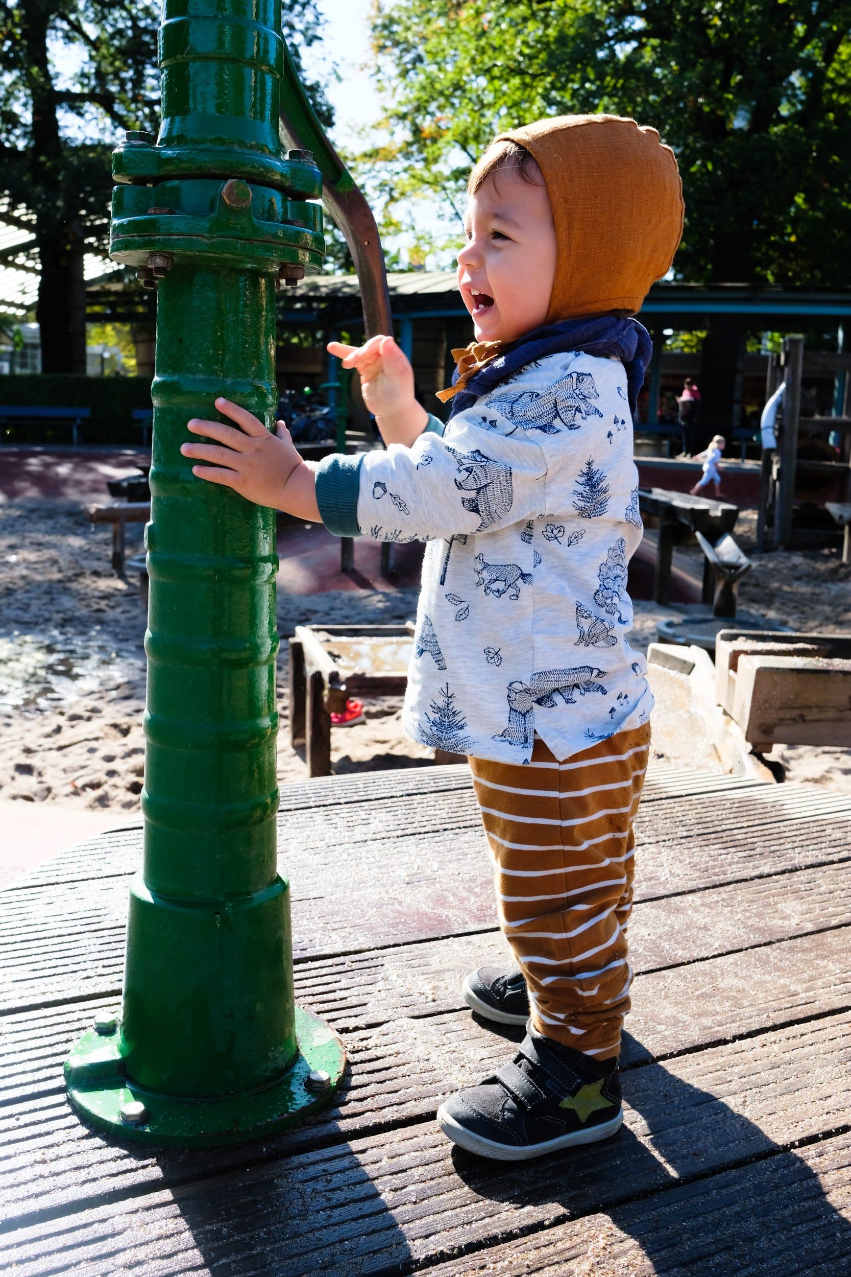 Kleinkind | Briar Handmade Bonnet | Spaß | Wasserspielplatz | Planten un Blomen | ivy.li