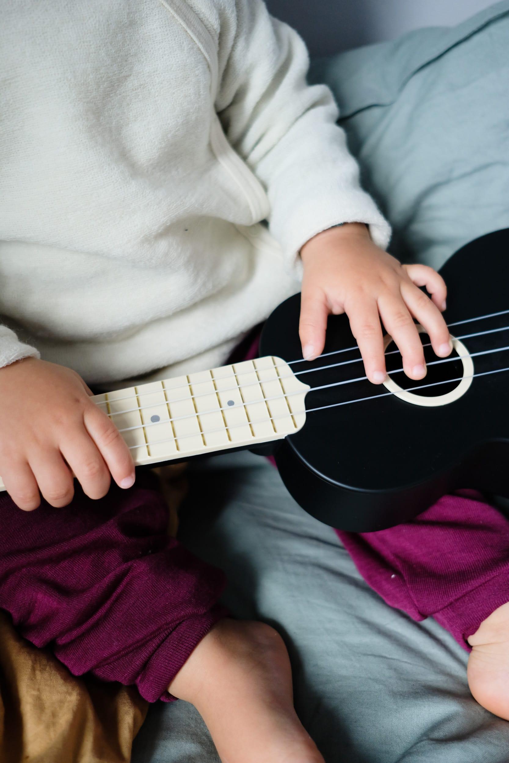 Musikinstrumente für Kleinkinder | Zuhause musizieren mit Kleinkindern und Babys | Ukulele | Kindergitarre | ivy.li