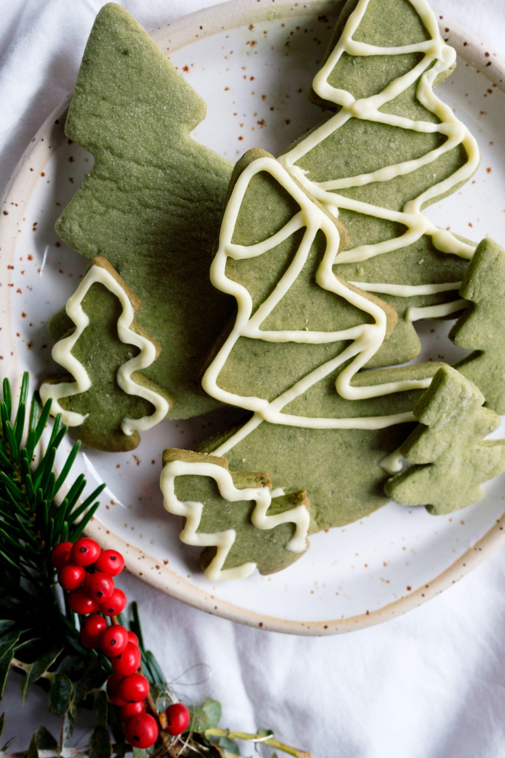 Weihnachtliche Matcha Kekse mit Vanille und Matcha Latte | Zwei köstliche Rezepte mit Matcha | ivy.li