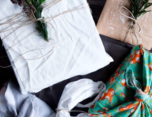 Nachhaltige Geschenkverpackungen | Zero Waste | Low Waste | Geschenke verpacken ohne Geschenkpapier | Recycling | Umweltfreundlich | Alternative Geschenkverpackungen | Weihnachtsgeschenke | Geburtstagsgeschenke | Naturdeko | Furoshiki | Verpacken mit Stoff | ivy.li