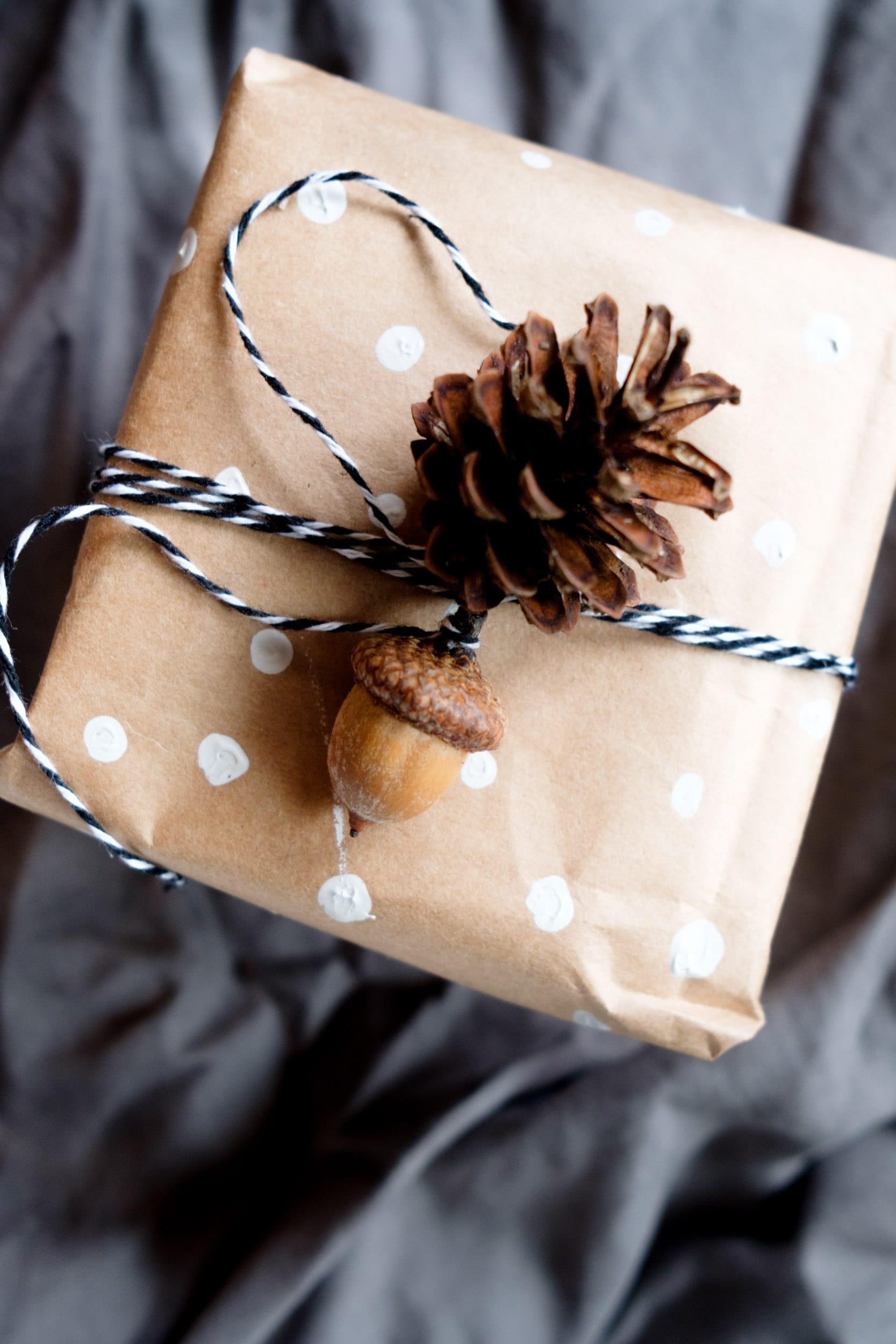 Geschenke nachhaltig verpacken | Nachhaltige Geschenkverpackungen | Zero Waste | Low Waste | Geschenke verpacken ohne Geschenkpapier | Upcycling | Recycling | Umweltfreundlich | Alternative Geschenkverpackungen | Weihnachtsgeschenke | Geburtstagsgeschenke | Naturdeko | Altpapier | Geschenkpapier selbst bemalen | Tannenzapfen | Eicheln | ivy.li