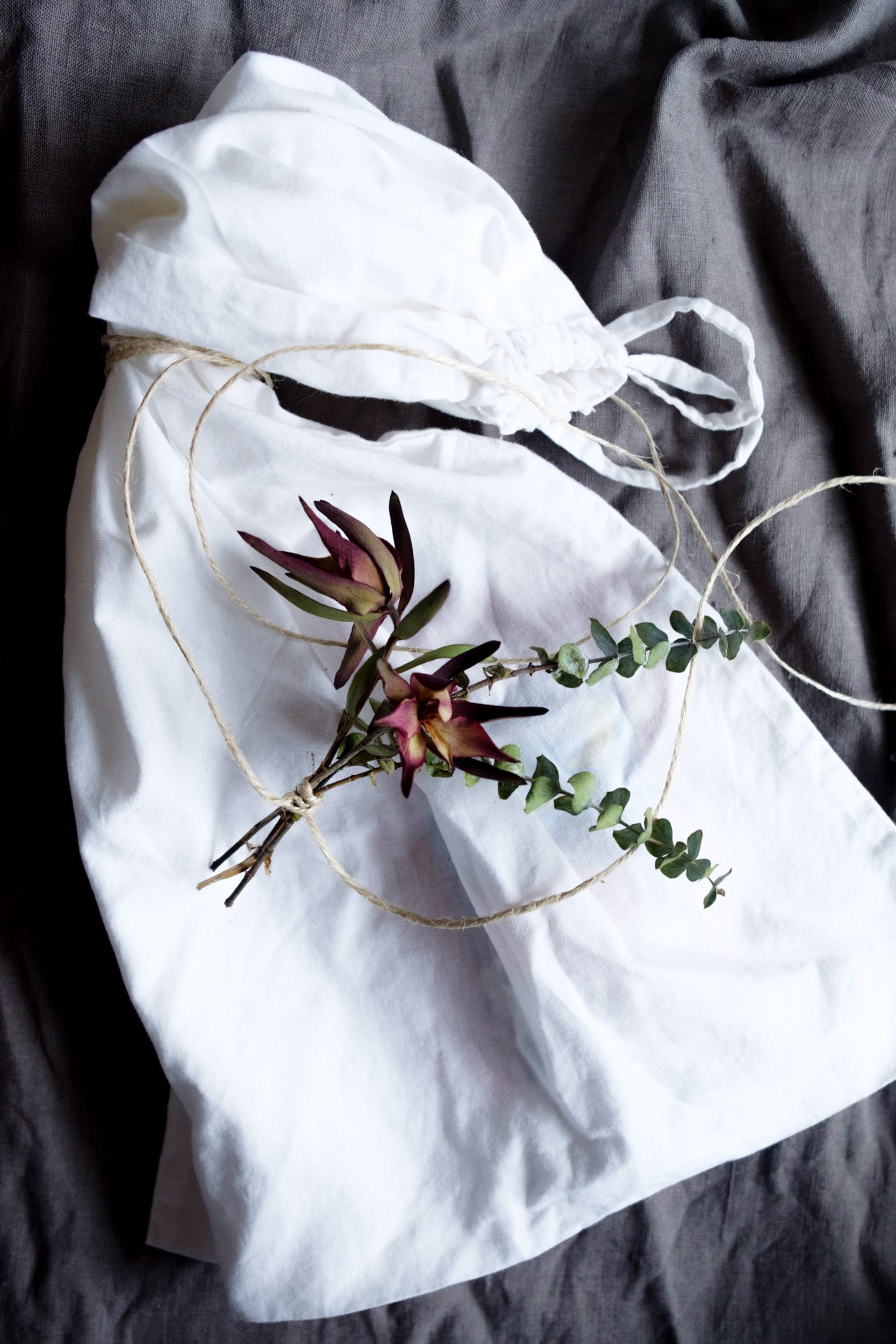 Geschenke nachhaltig verpacken | Nachhaltige Geschenkverpackungen | Zero Waste | Low Waste | Geschenke verpacken ohne Geschenkpapier | Upcycling | Recycling | Umweltfreundlich | Alternative Geschenkverpackungen | Weihnachtsgeschenke | Geburtstagsgeschenke | Naturdeko | Verpacken mit Stoff | ivy.li