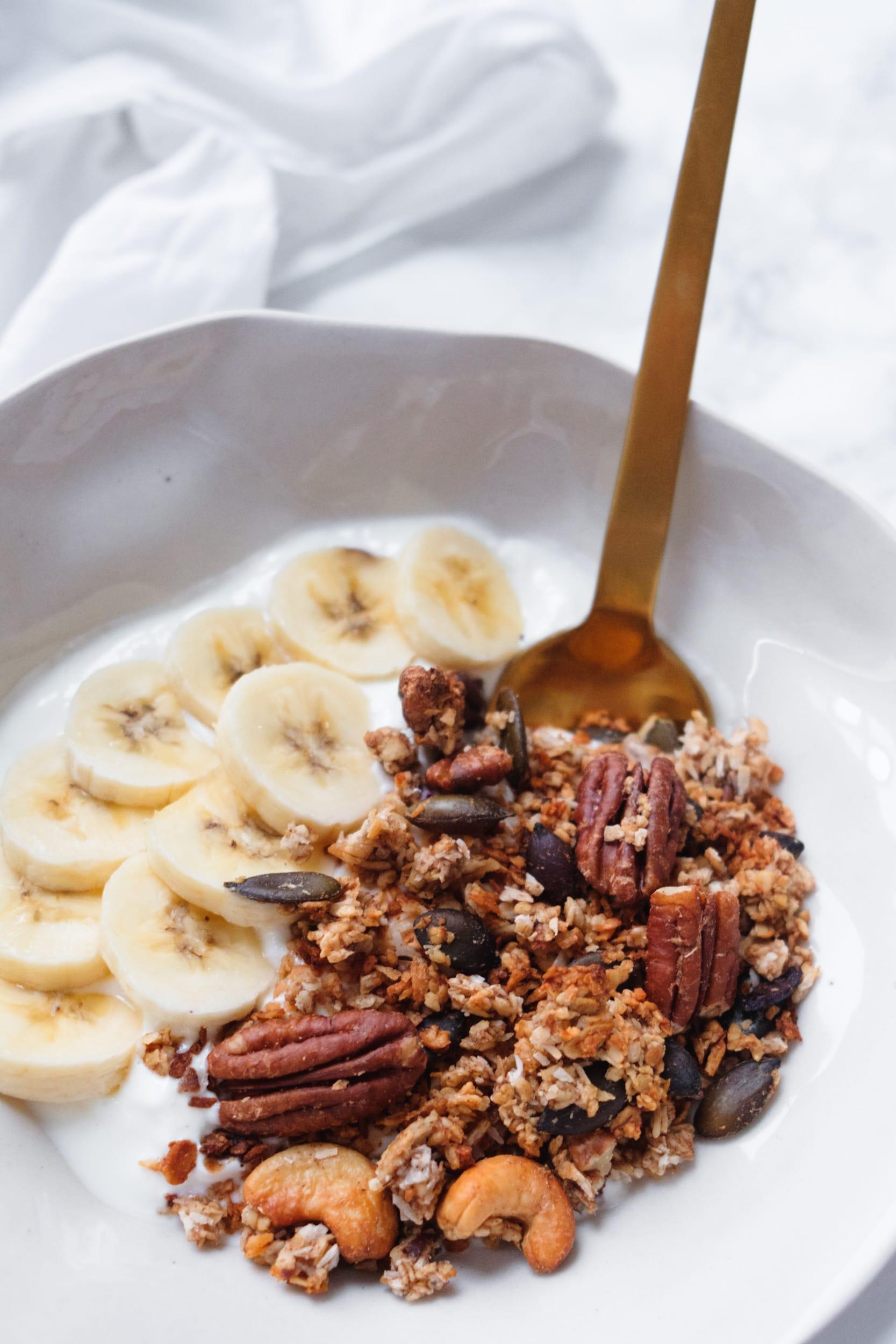 Müsli ohne Zucker | Knuspermüsli mit Banane selber machen | Banana Granola 2.0 | Rezept | Natürliche Süße | Vegan | Glutenfrei | Frühstück | Pecannüsse | Cashews | #rezept #granola #frühstück | Lecker | gesund | Snack | Topping | Haferflocken | Kokosnuss | nussiges Knuspermüsli mit der Süße reifer Bananen | Rezept auf ivy.li