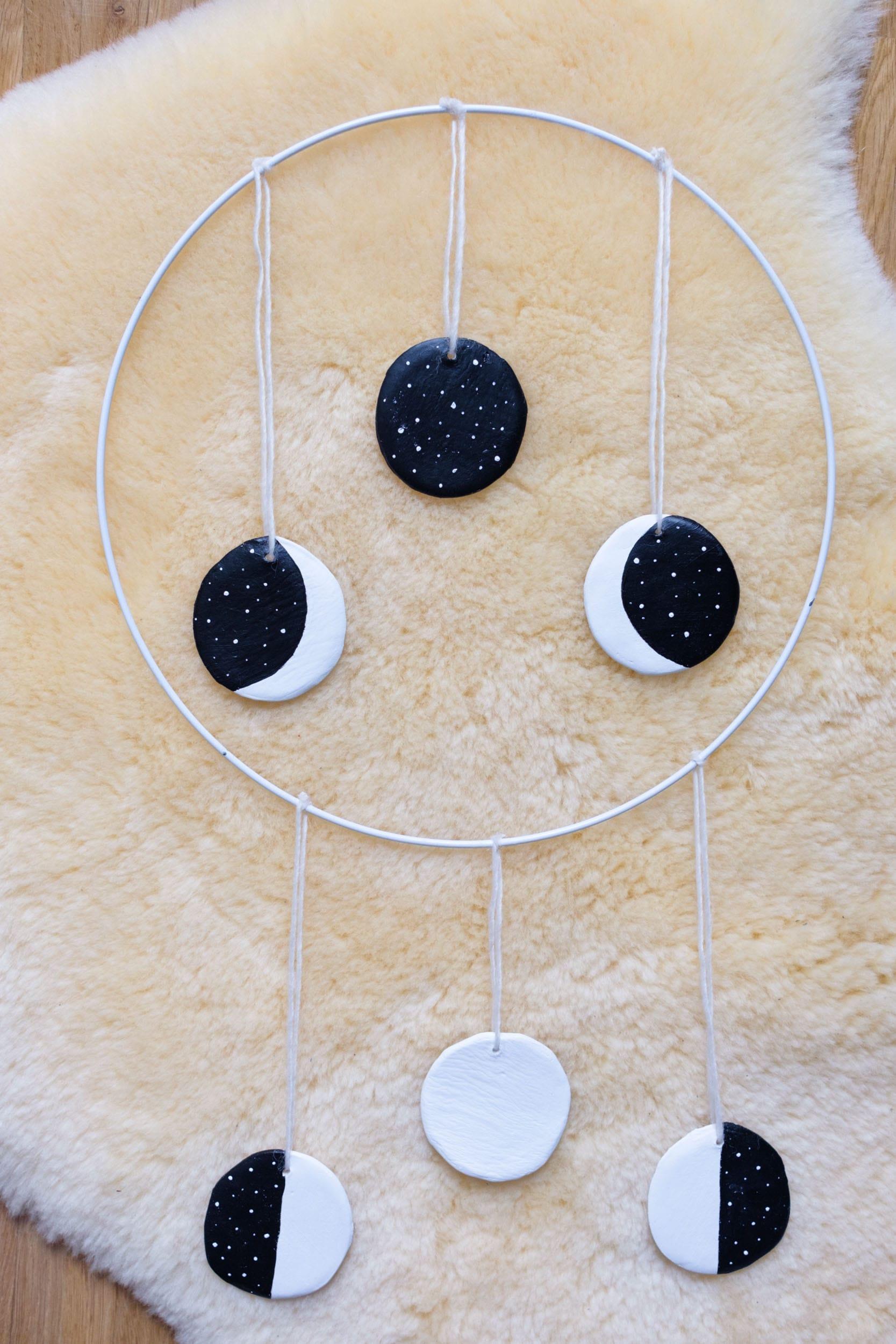DIY | Wand-Mobile kleine Mondphase | Wanddekoration selber machen | Wall Hanging | Basteln mit Modeliermasse FIMOair | Lufttrocknender Ton | Kinderzimmerdeko | Schlafzimmerdeko | #kinderzimmer #deko #diy #wallhanging #selbermachen | Mehr auf ivy.li
