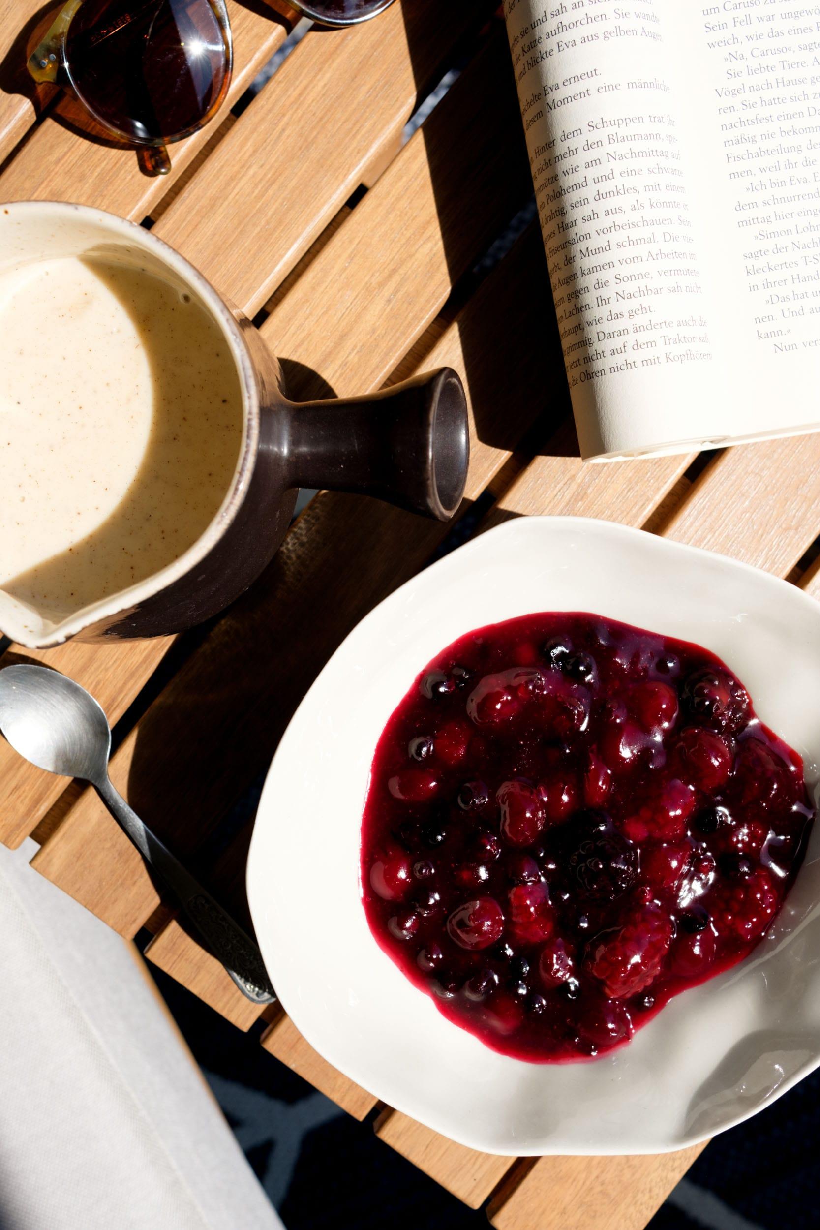 Rote Grütze mit Vanillesoße ohne Ei | Einfach und lecker | Das perfekte Essen an heißen Sommertagen | Ohne raffinierten Zucker | Mit Xylit/ Birkenzucker gesüßt | Sommeressen | #rezept | gesunder Nachtisch | Familienessen | Das Rezept findet ihr auf https://ivy.li