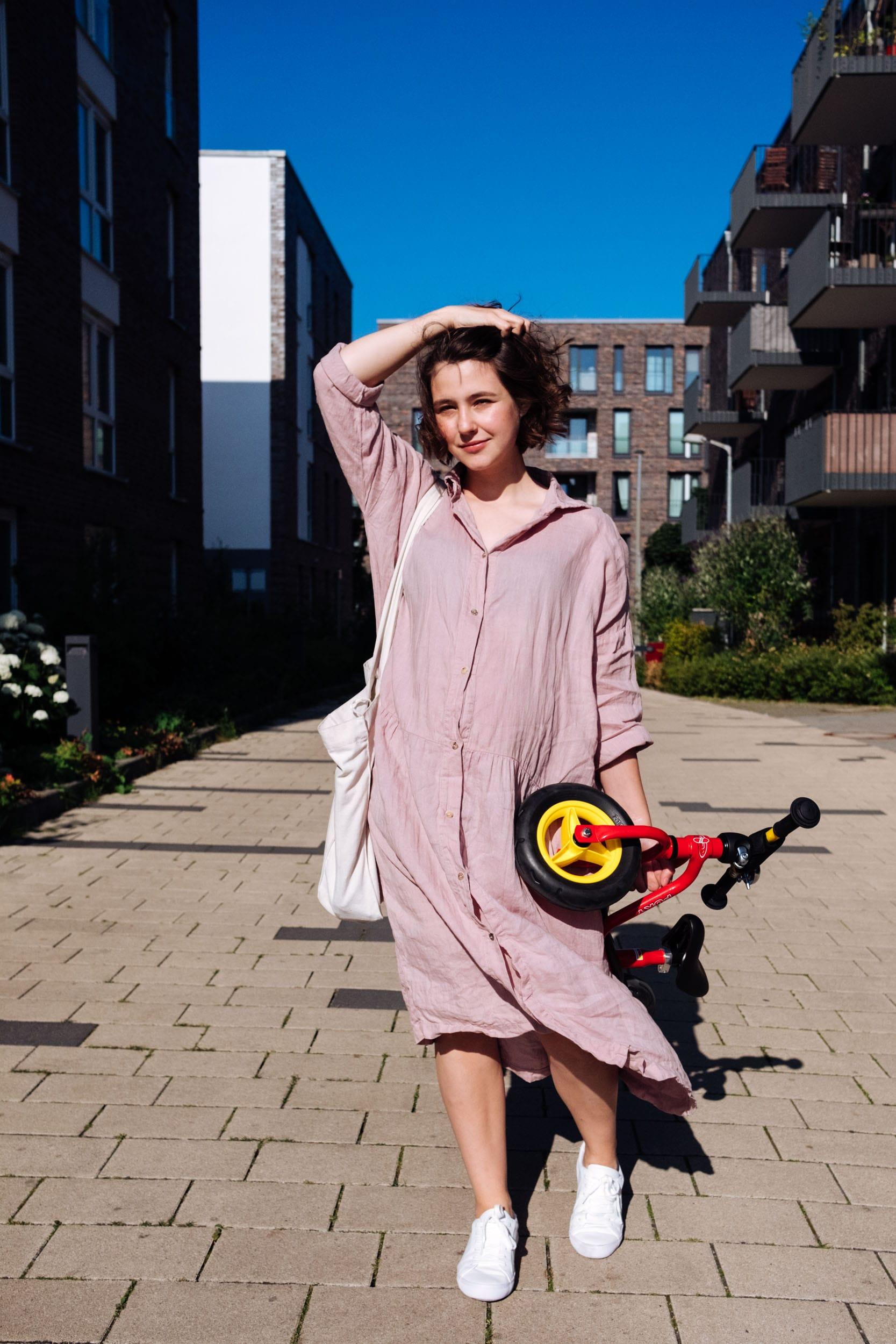 Familiensonntag | Unterwegs mit Fußball und Laufrad | Mama Outfit | Babybauch | Bumpstyle | Schwangerschaftsmode | Leinenkleid von Seaside Tones
