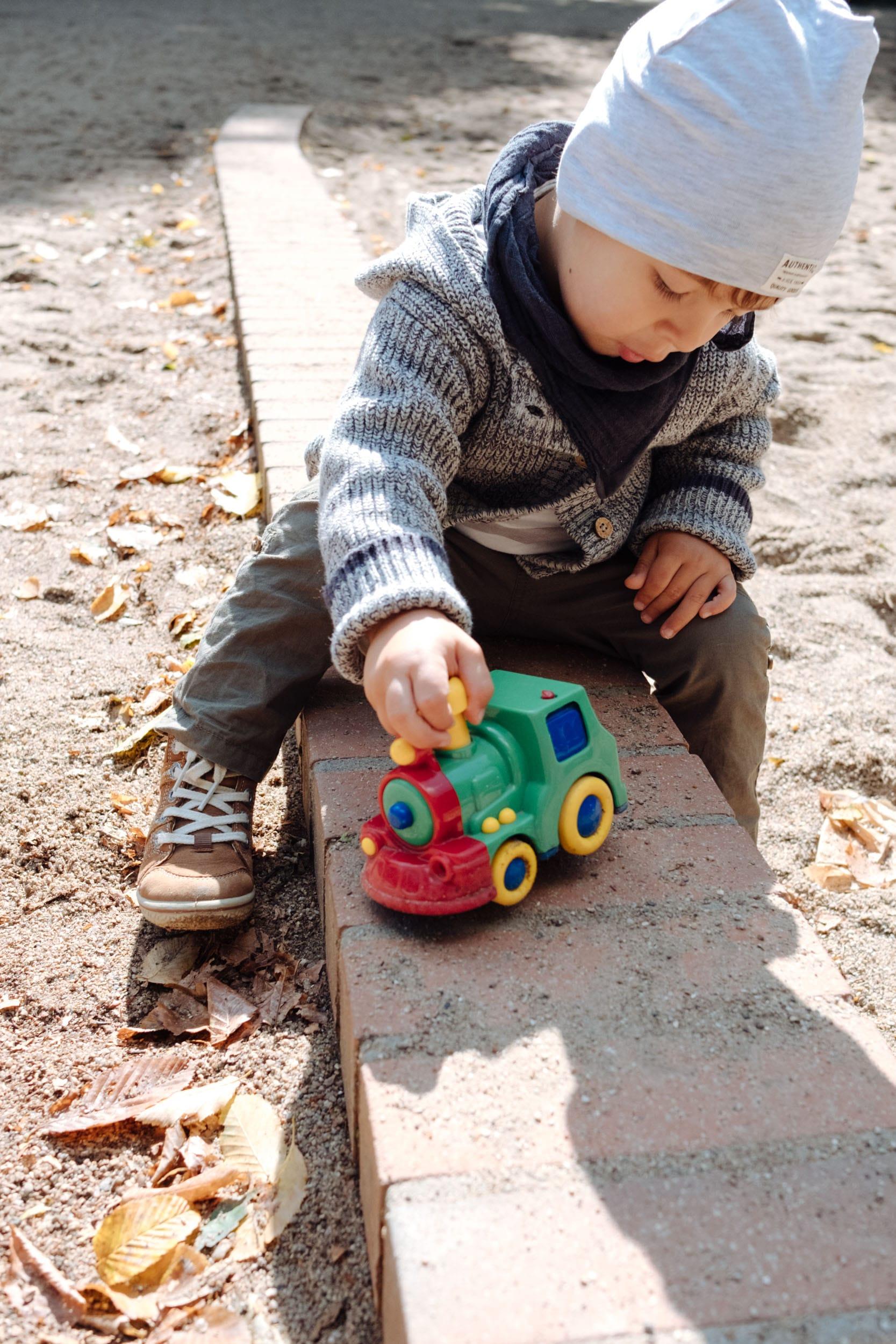 Unterwegs mit Kleinkind | Was muss mit im Wickelrucksack | Spielplatzsausflug mit Mama und Papa