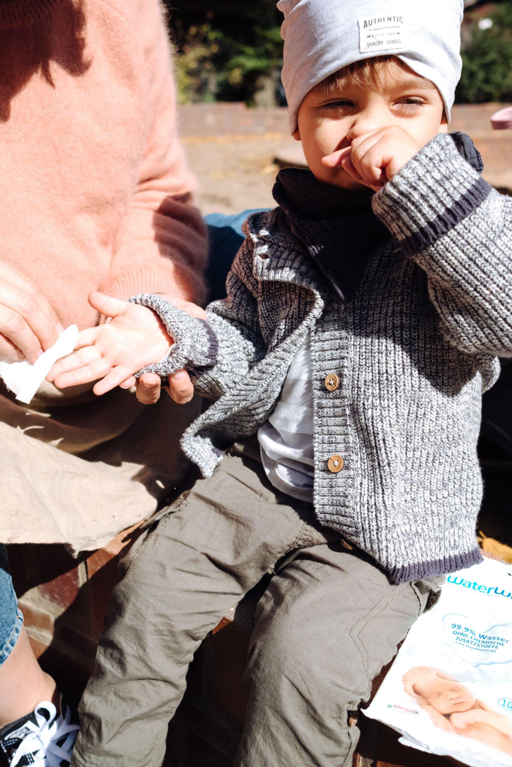 Unterwegs mit Kleinkind | Was muss mit im Wickelrucksack | Klebrige Kinderhände sanft mit WaterWipes reinigen
